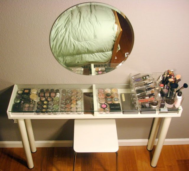 Lighted makeup vanity table at home and interior design ideas cool makeup vanity for small spaces aloadofball Image collections