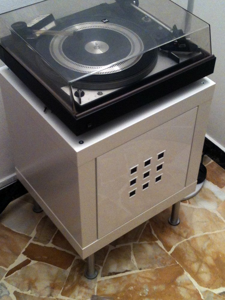 A new place for an old record player ikea hackers ikea for Meuble chaine hifi ikea