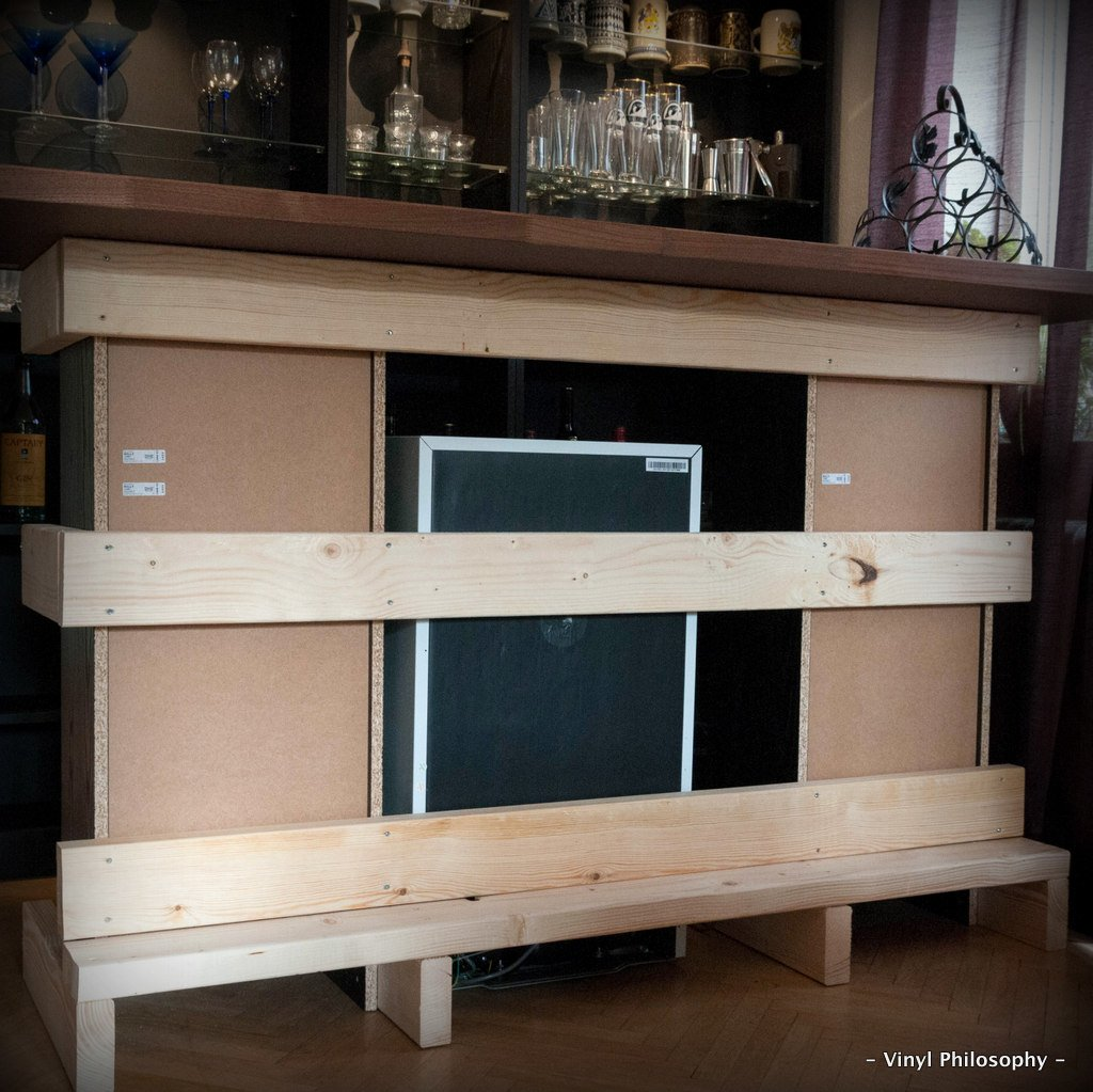 Diy home bar built from billy bookcases ikea hackers for Ikea wine bar
