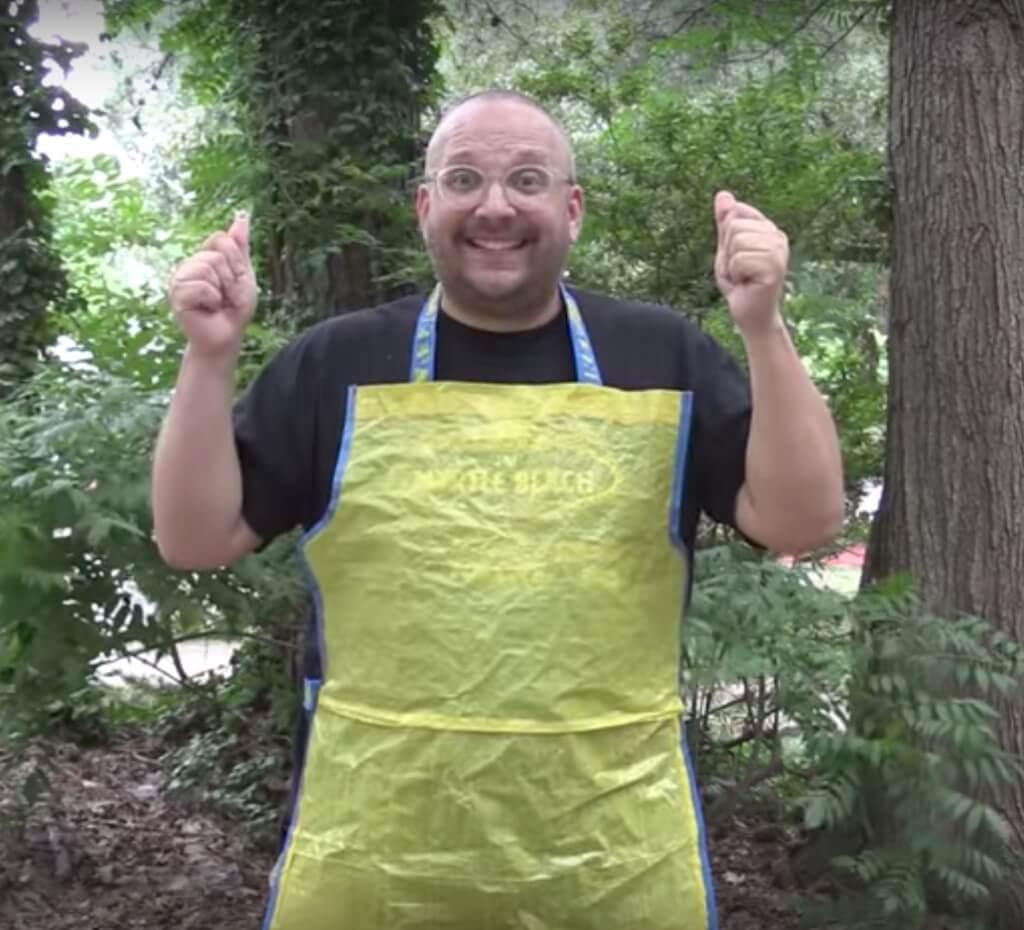 Stain-proof men's apron from 2 FRAKTA bags