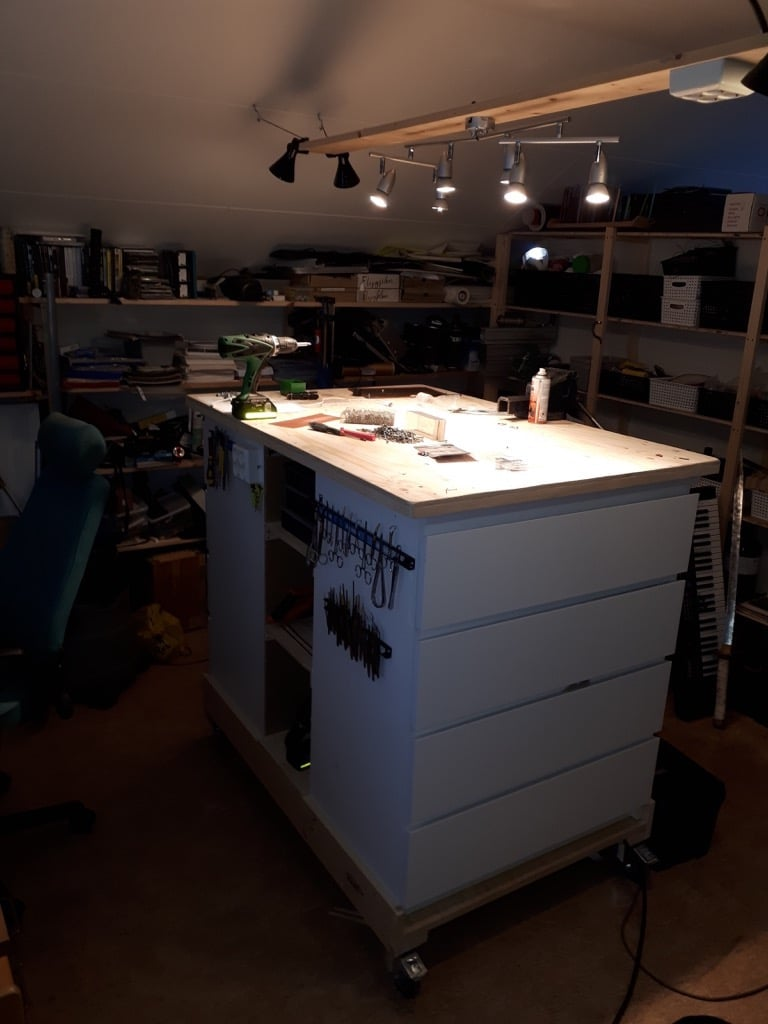 A movable workbench for the workshop or craft room