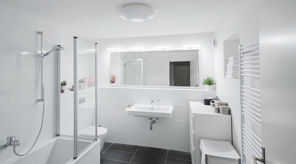 Big but minimalist bathroom mirror with lights