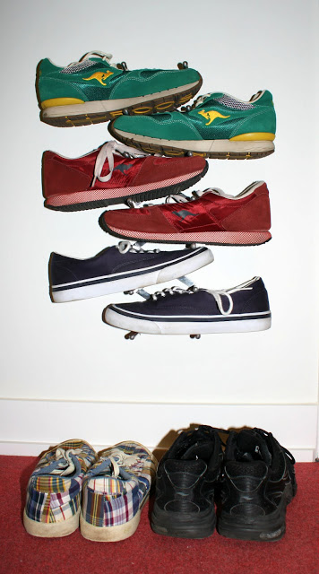 Wall mounted vertical shoe rack
