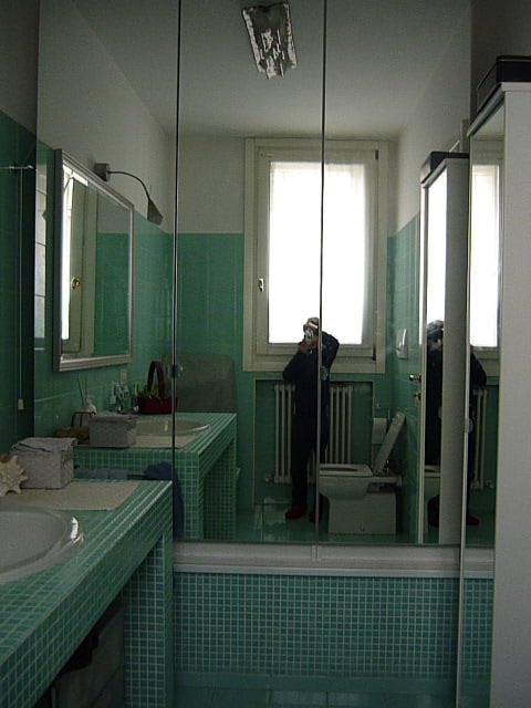 Transform your unused bathtub in a wardrobe